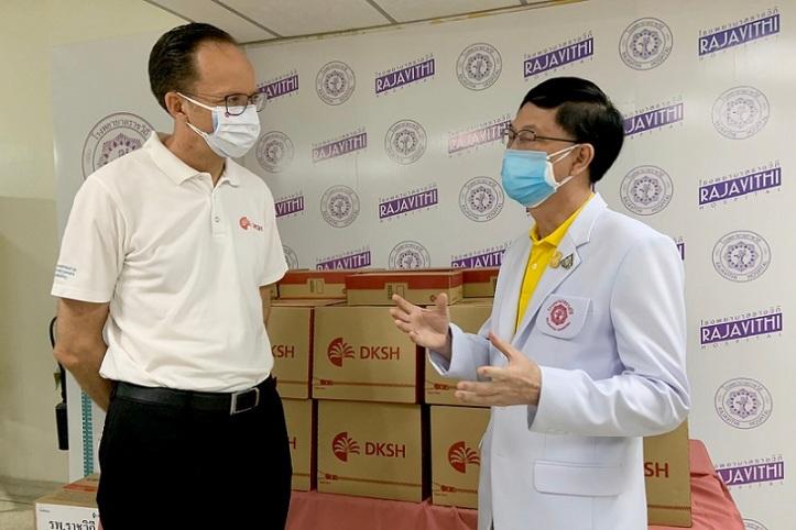 03 จอห์น แคลร์ และ นพ.สมเกียรติ ลลิตวงศา ผู้อำนวยการโรงพยาบาลราชวิถี